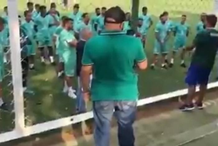 Torcida organizada do Goiás vai a treino do clube cobrar resultados