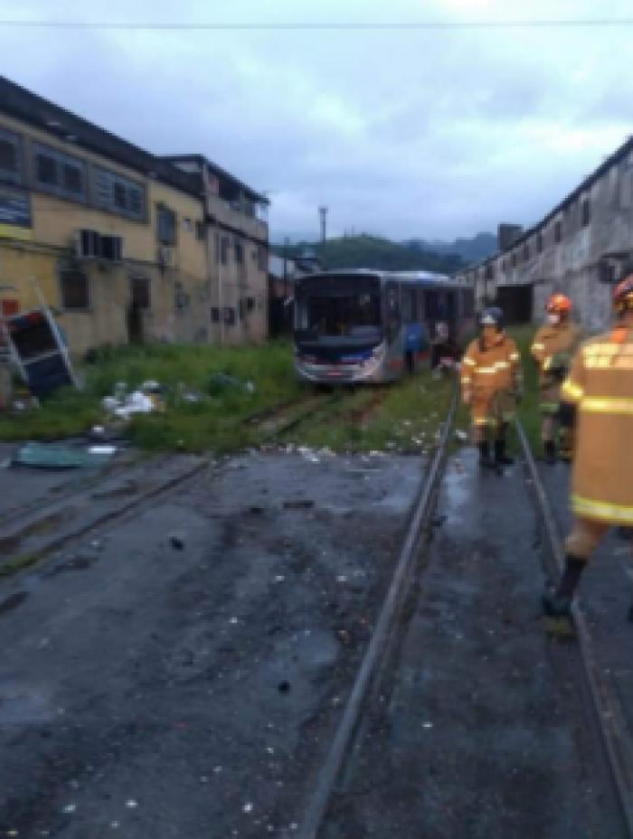 Ônibus colide com trem da SuperVia em Piabetá