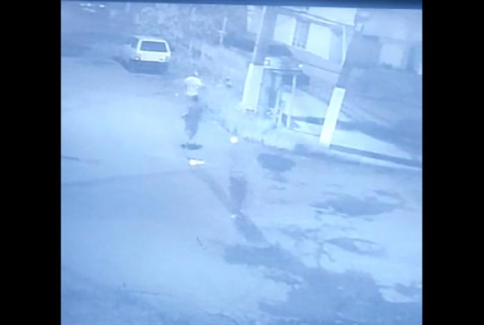 Dois rapazes estavam na Rua Oscar Inácio Rodrigues, bairro São Matheus, em Itaperuna, no Noroeste Fluminense, quando foram surpreendidos por um atirador.