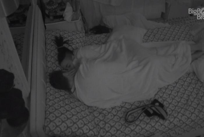 Karol Conká e Arcrebiano dormiram na mesma cama após ficarem na festa